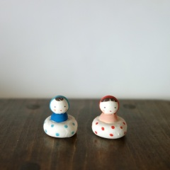 ぷかぷかコケシのフェーブ(2 個組) Feve of swimming Kokeshi(two sets)  Size:各2.0×2.0×2.0cm/Materials: porcelain  ¥1,500+Tax  FEVES-39