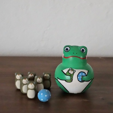 MB-7 かえるボウリング Frog Bowling  Size:7×5×5cm (body) 2.5× 1.2× 1.2cm (bowling pins)/Material: wood, porcelain  ¥5,000+Tax