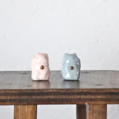 砂糖菓子風招き猫のフェーブ  Feve of Sugar confectionery beckoning cat  Size :1.8×1.8×2.5cm/Color:pink,blue/Materials:porcelain/glossy type  ¥700+Tax  FEVES-83P桃 FEVES-83B青  *生産終了