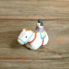 ウマと男の子のフェーブ  Feve of horse and boy  Size:1.3×3.2×2.6cm/Materials:porcelain  ¥800+Tax  FEVES-72