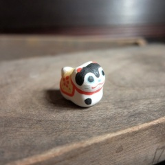 ハリコ犬のフェーブ Feve of papier-mache dog Size:2.2×2×1.2cm/Materials: porcelain ¥600+Tax  FEVES-25