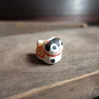 ハリコ犬のフェーブ Feve of papier-mache dog Size:2.2×2×1.2cm/Materials: porcelain ¥600+Tax  FEVES-25