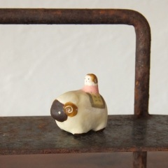 ひつじと女の子のフェーブ Feve of sheep and girls  Size:3.0×2.7×1.7cm/Materials: porcelain  ¥800+Tax  FEVES-38
