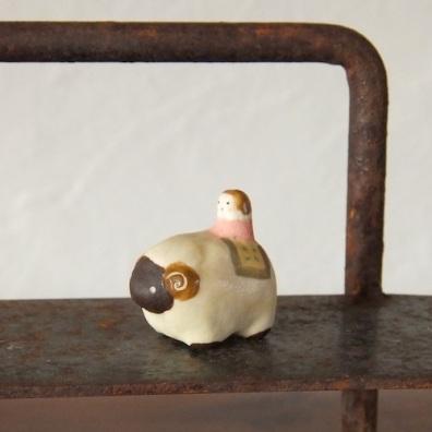 ひつじと女の子のフェーブ Feve of sheep and girls  Size:3.0×2.7×1.7cm/Materials: porcelain  ¥800+Tax  FEVES-38