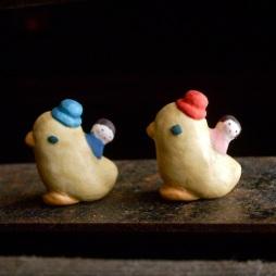 アヒルとこどものフェーブ Feve of Duck and child Size:2.5×2.3×1.4cm/Color:Blue , red/Materials: porcelain ¥800+Tax  FEVES-21男の子/FEVES-22女の子