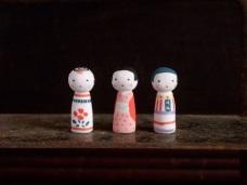 こけし三姉妹のフェーブ Feve of Kokeshi three sisters Size :2.5×1×1cm/Materials: porcelain ¥600+Tax  FEVE-12長女(伝統)/FEVE-13次女(着物) FEVE-14三女(ハイカラ)