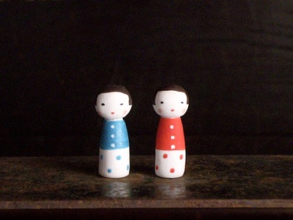 双子こけしのフェーブ(2個組) Feve of twins Kokeshi(2set)  Size:各1×1×2.5cm/Materials:porcelain  ¥1,000+Tax  FEVES-66