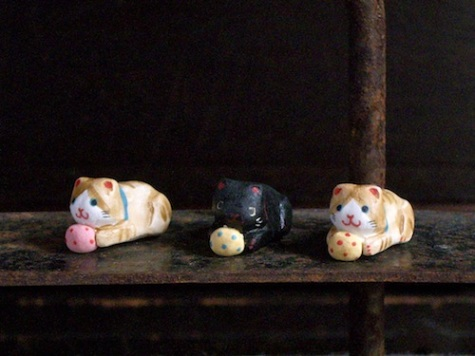 ブリキの猫のフェーブ Feve of Tin cat Size:1.5×2.5×1.2cm Color:tabby,bLack/Materials:porcelain ¥600+Tax  FEVE-16トラ猫/FEVE-17黒猫