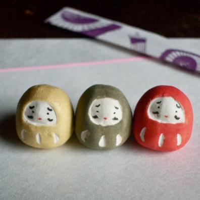 三色だるまのフェーブ(3個組) Feve of three colors Dharma( Three sets ) Size :各1.5×1.3×1.3cm/Materials: porcelain ¥1,300+Tax  FEVE-11