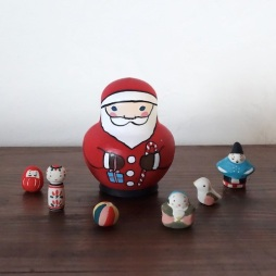 MF-3 サンタみやげ Santa's gift  Size:8×6.5×6.5 cm (Santa Claus) Each about 1.5 ~ 3 cm (feve)/Material: wood, porcelain  ¥5,500+Tax