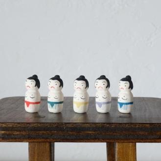 相撲こけしのフェーブ Feve of sumo Kokeshi  Size:2.8×1.3×1.3cm/Color:red,green,yellow,purple,blue/ Materials: porcelain  ¥600+Tax  FEVES-50赤 EVES-51緑 FEVES-52黄 FEVES-53紫 FEVES-54青