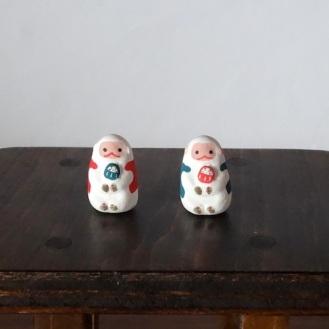だるま抱き猿のフェーブ Feve of Monkeys harbor the Dharma  Size:2.8×2×1.8cm/Color:red coat,grren coat/Materials: porcelain  ¥800+Tax  FEVES-60赤羽織 EVES-61緑羽織