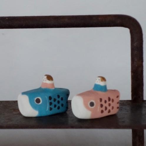 こいのぼりと女の子のフェーブ Feve of carp streamer and girl  Size:各3×2.5×1.5cm/Color : water,pink/Materials:porcelain  ¥800+Tax  FEVES-63水 FEVES-64桃
