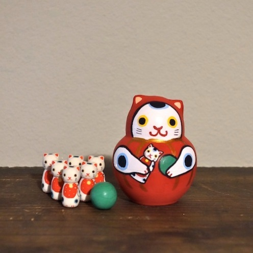 MB-9 ダルマ猫ボウリング Dharma cat bowling  Size:6.5×5×5cm (body)2.2×1×1cm ( pins)/Material: wood, porcelain  ¥5,000+Tax