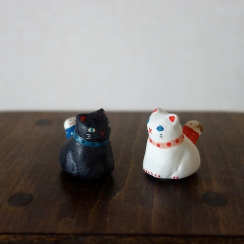 猫とお散歩のフェーブ Feve of Cat walk  Size :2.0×2.3×2.3cm/ Color:white/black /Materials: porcelain  ¥800+Tax  FEVES-88w white /FEVES-88b blac