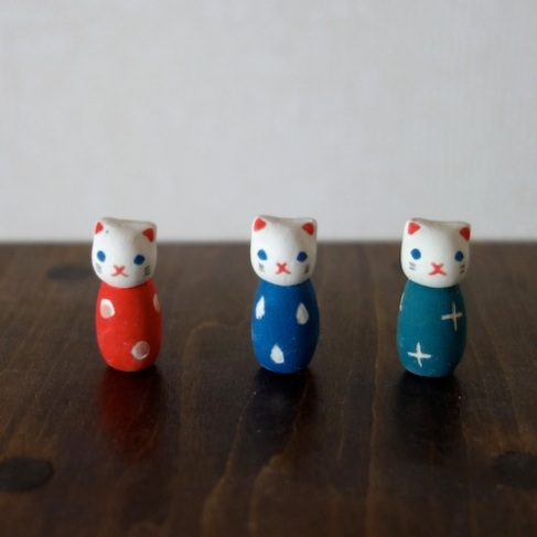 こねこけしのフェーブ Feve of Kitten Kokeshi    Size :1.0×1.0×2.3cm /Color:red,blue,white red,white blue/ Materials: porcelain  ¥600+Tax  FEVES-89r red /FEVES-89b blue/ FEVES-89g green