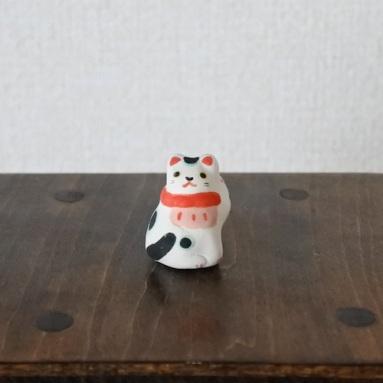 前掛け招き猫 Feve of aproned Lucky Cat  Size:W2cm×D2cm×H2.8cm  Material:porcelain  ¥600+tax  FEVES-92
